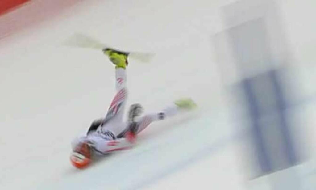 PÅDRO SEG ÅPENT BRUDD: Skia løste seg ikke ut, og Matthias Lanzinger fikk voldsomt hard nedfart ned det siste henget. Foto: nrksport.no