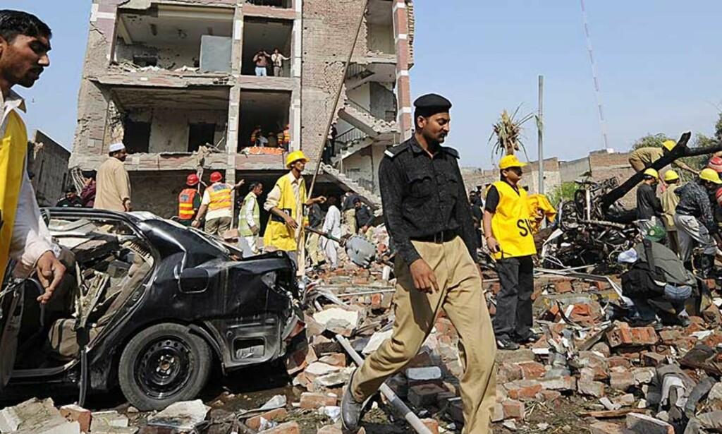MINST 19 DREPT:  I morgentimene norsk tid var dødstallene i Lahore kommet opp i 19 mennesker etter de to bombeeksplosjonene. Her utenfor det føderale politiets bygning. Foto: Mohsin Raza, Reuters/Scanpix.