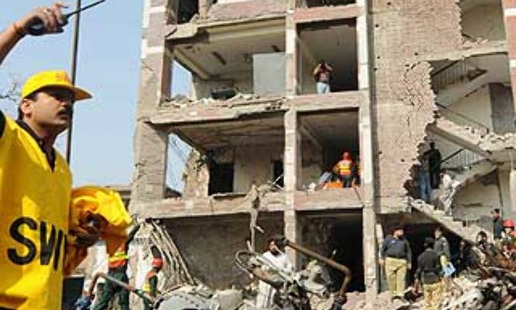 RASERT:  Bygningen til det føderale politiet ble rasert i bombeattentatet i Lahore i morges lokal tid. Foto: Mohsin Raza, Reuters/Scanpix.