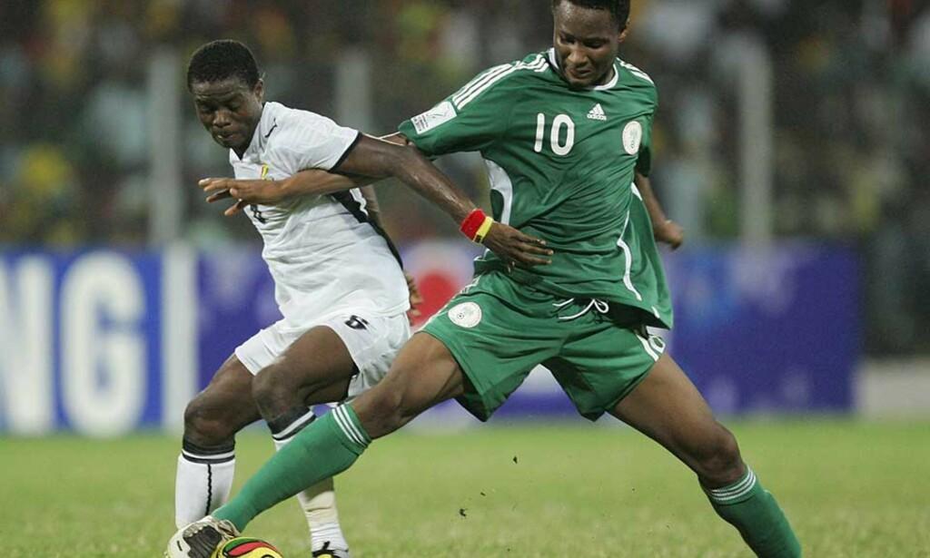 BLIR IKKE LAGKAMERATER: Anthony Annan (t.v.) gjorde et så godt Afrika-mesterskap at han ble linket med Chelsea. Men ghaneseren blir ikke lagkamerat med John Obi Mikel (t.h.) med det første. Foto: AP