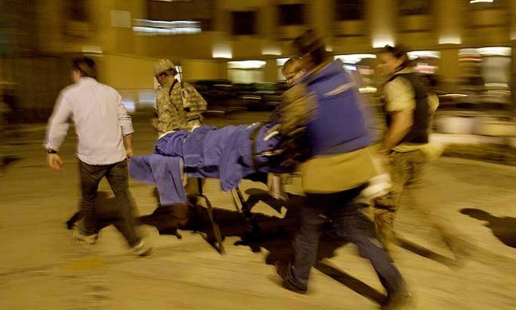 EVAKUERT: Carsten Thomassen blir evakuert fra Hotel Serena i Kabul etter angrepet 14. januar. FOTO: STIAN LYSBERG SOLUM/SCANPIX