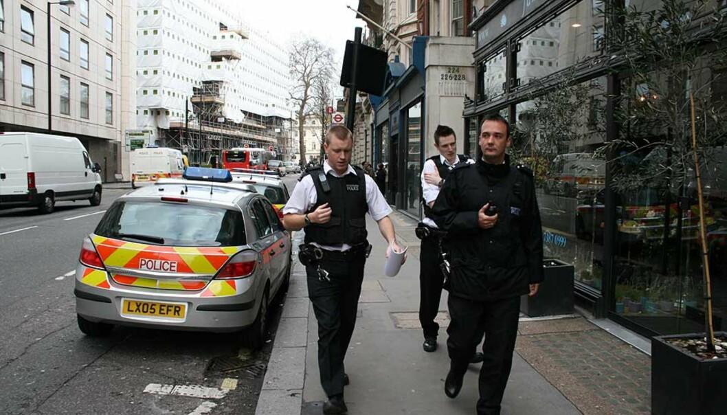<strong><b>TEKNISKE UNDERSØKELSER:</strong></b> Politiet gjennomsøker en leilighet og har analysert en rekke funn i et mobilt laboratorium. Foto: HARALD KLUNGTVEIT