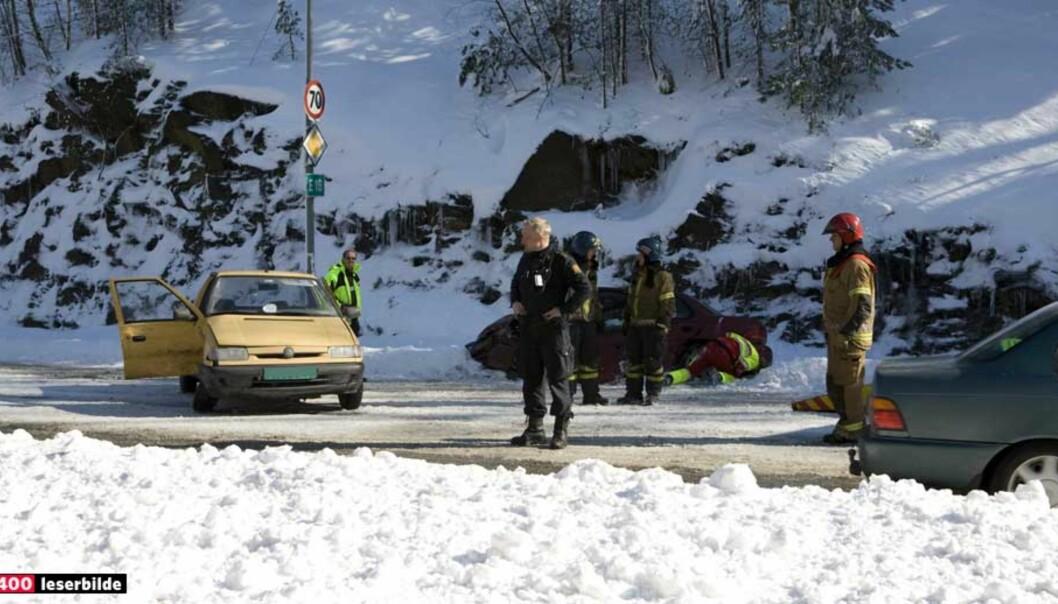 <strong><b>TRE PERSONER SKADD</b>:</strong> Det var en pickup som kjørte i retning Kristiansand som kom over i motgående kjørefelt, og krasjet med en motgående bil. Foto: OLE MARTIN BUENE