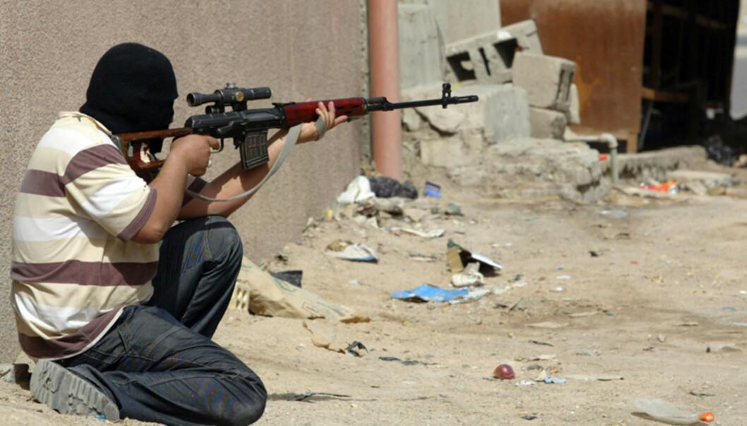<strong><B>BLODIG SLAG I BASRA:</strong> </B>Iraks statsminister Nuri al-Maliki ga i dag Mahdi-militsen en frist på 72 timer til å legge ned våpnene og signere et løfte om å avstå fra voldshandlinger. Her er en Mahdi-tilhenger i Basra avbildet i kamp i dag tidlig. Foto: ESSAM AL-SUDANI / AFP / SCANPIX