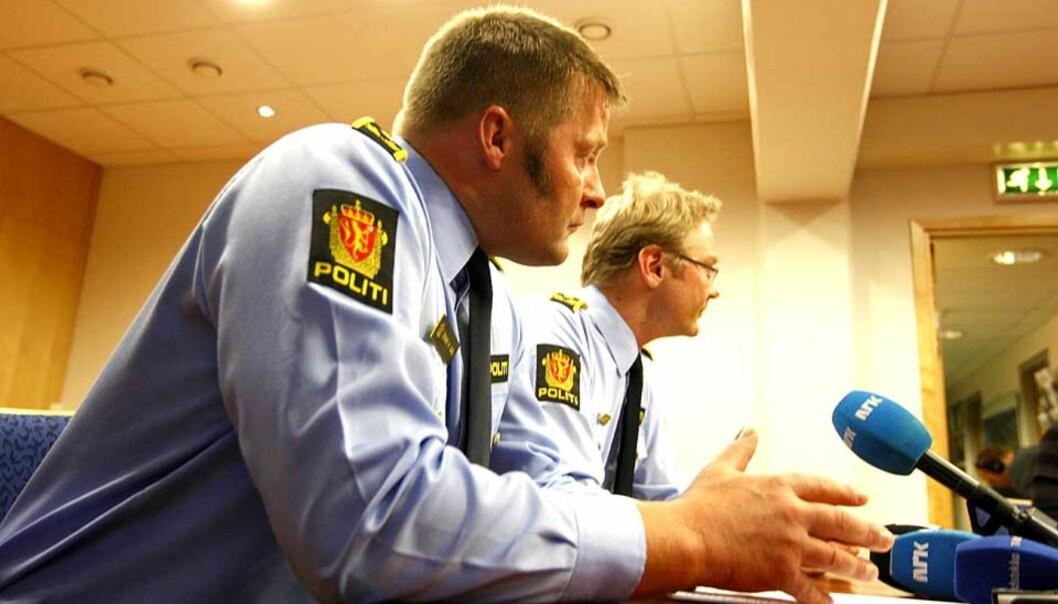 <b>SIKTER BEGGE VEKTERNE:</b> Politiinspektør Einar H. Aas og politiadvokat Per Zimmer under pressekonferansen på Politihuset i Sandvika i kveld. Foto: Scanpix