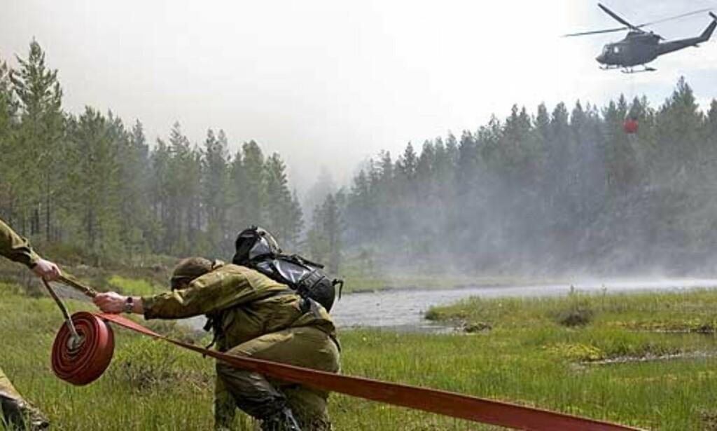 image: Brannmenn måtte løpe fra flammene
