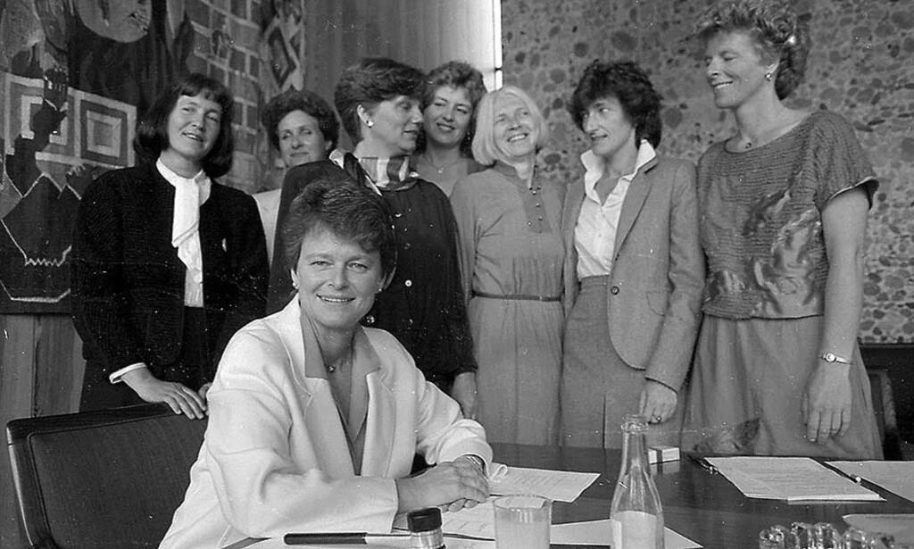 SVIK?: I staden for å sjå Arbeidarpartiets politikk under Gro Harlem Brundtland som nyliberalisme og ei form for ideologisk svik, kan ein sjå han som ei pragmatisk vidareføring av sosialdemokratiske prinsipp, skriver Svein Tuastad. Bildet viser kvinnene i Brundtlands regjering etter regjeringsskiftet i 1986. Foto: BJØRN DELEBEKK