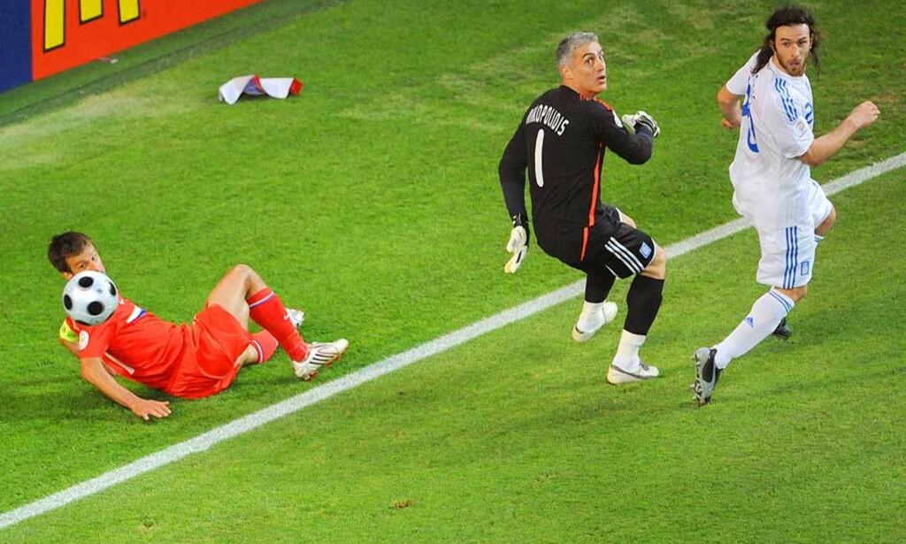 SKJEBNESVANGERT: Antonios Nikopolidis valg om å jakte etter ballen i stedet for å stå på streken ved Russlands scoring, kostet Hellas forsvaret av EM-tittelen fra 2004. Foto: AFP/Scanpix