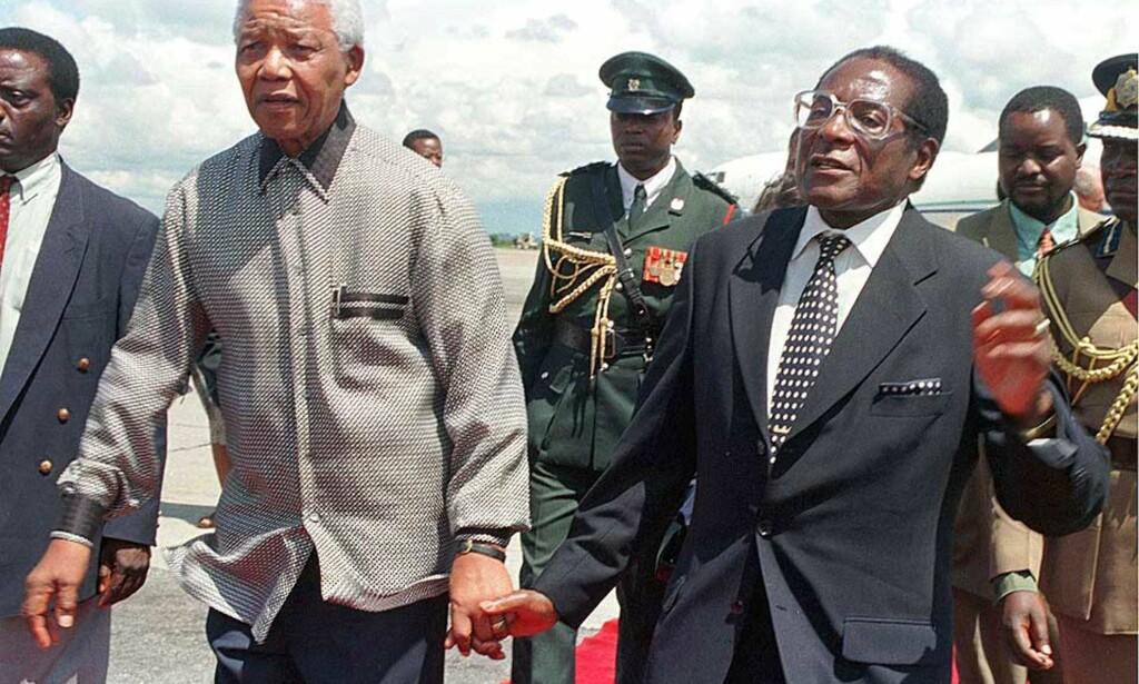 MANDELA OG MUGABE: Begge var frihetskjempere, begge satt i fengsel, begge støttet tidligere den andres kamp. Bildet ble tatt under Mandelas besøk i Harare, Zimbabwe i 1998. Foto: HOWARD BURDITT/ Reuters