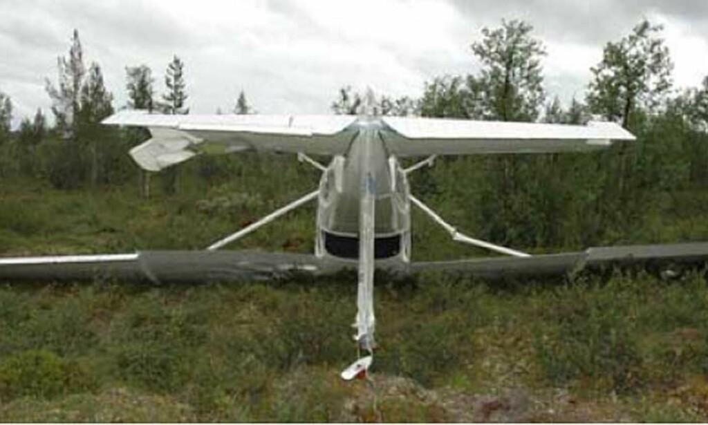 HAVNET PÅ RYGGEN: Slik endte ferden da dette småflyet kjørte tanken tom for drivstoff. Foto: Statens Havarikommisjon for Transport