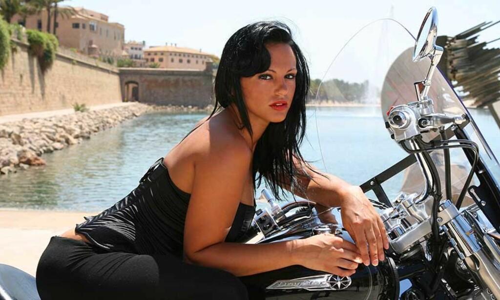 MODELLKJÆRESTE: Spanske Nereida Gallardo er sykepleier og modell. Nå er hun på ferie i Italia med kjæresten Cristiano Ronaldo - og det er ikke usannsynlig at de snakker litt om hvor sistnevnte skal spille kommende sesong. Foto: SCANPIX