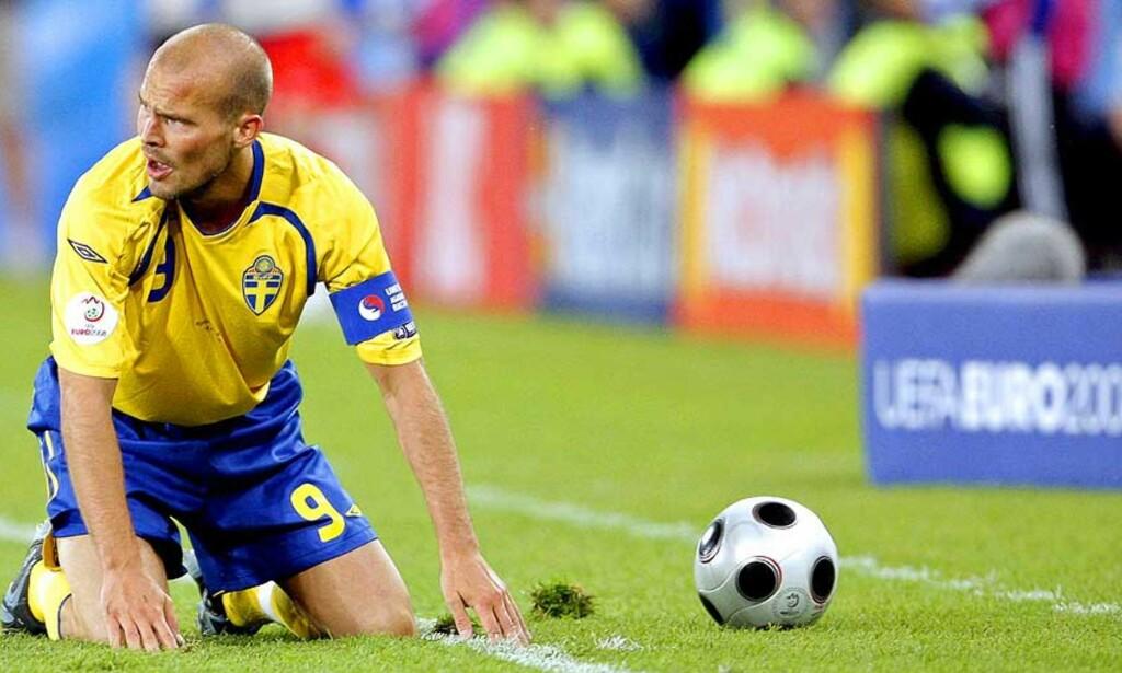 AVSLUTTET I KNESTÅENDE: Fredrik Ljungberg gir seg med landslagsspill, men skulle nok sett at Sverige leverte et langt bedre EM-sluttspill enn det som var tilfelle. Foto: EPA/Scanpix