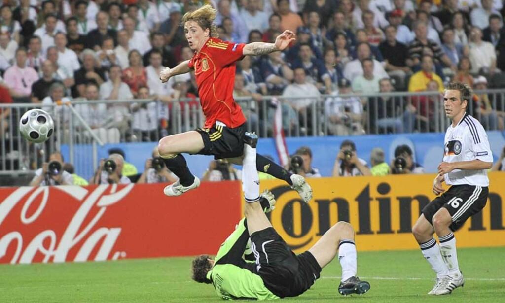 AVGJORDE: Fernando Torres løper i fra Lahm, rekker ballen før Lehmann og chipper inn 1-0 og spansk EM-gull. Foto: Martin Meissner/AP