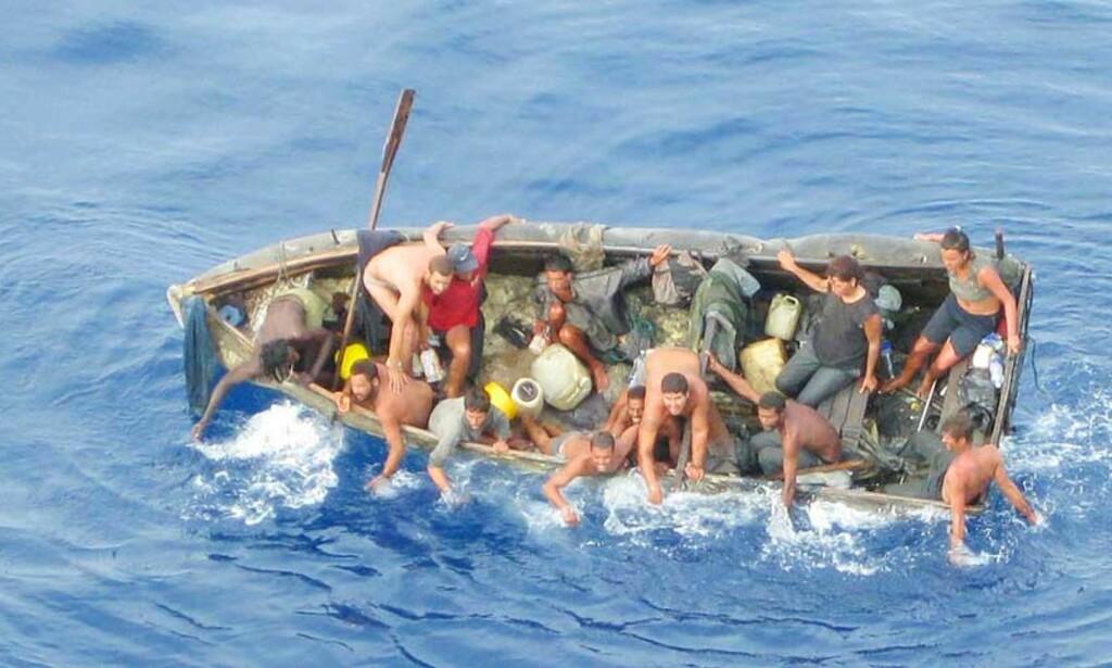 PÅ ÅPENT HAV: 13 cubanere hadde vært til havs i 30 dager da de ble funnet av det norske gasskipet. Foto: Berge Danuta