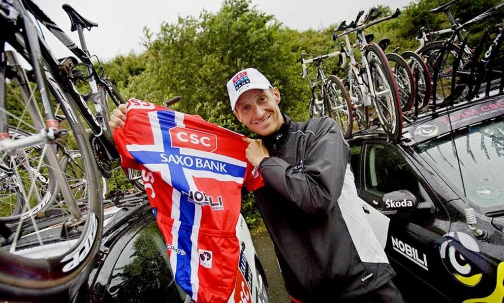 FEIL FLAGGDRAKT: Kurt Asle Arvesen holder opp den norske mestertrøya han skal bruke i Tour de France, men CSC-Saxobank-rytteren er ikke fornøyd i det hele tatt med designet. Foto: Stian Lysberg Solum/Scanpix