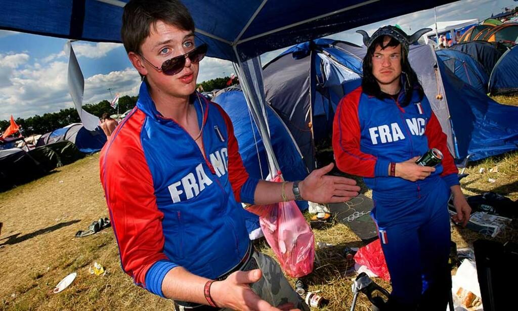 Magnus Revheim og Eirik Kvam Goksøyr har kledd seg ut om franske grilldressvikinger på Roskilde. Grilldressene ble innkjøpt første dagen, vikinghjelmen er tatt med hjemmefra. Foto: Eirik Urke