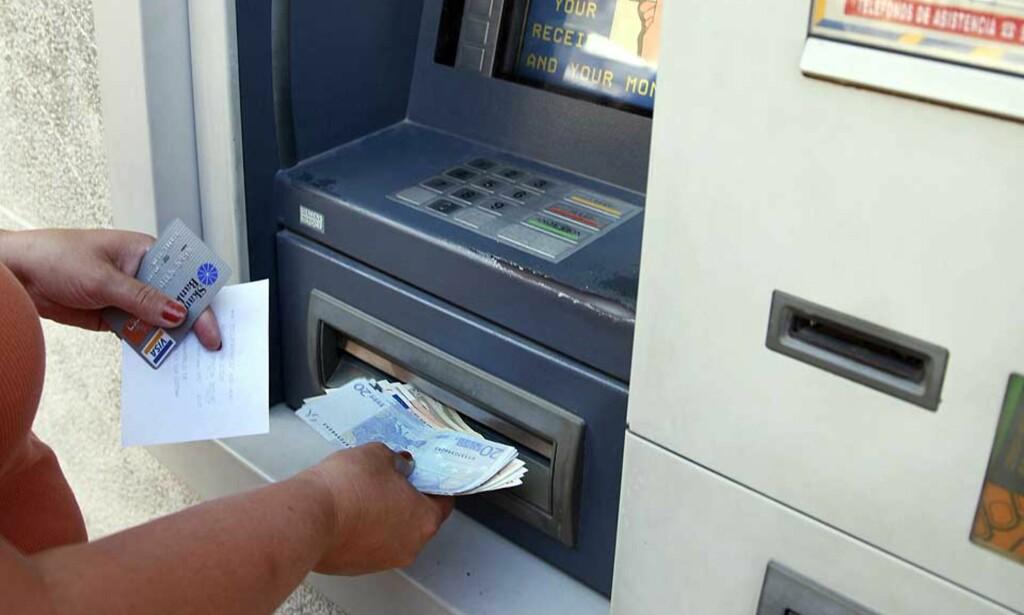 IKKE ALLTID TRYGT I UTLANDET: Minibanker i utlandet har ikke alltid anti-kopieringsutstyr. Sommeren er høysesong for kortsvindel, og i år har rekortmange blitt svindlet. Illustrasjonsfoto: TOM E. ØSTHUUS