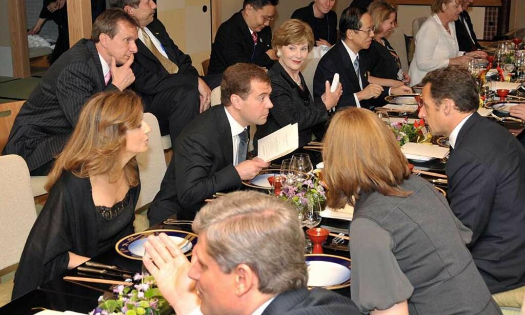 GJESTEBUD: Frankrikes president Nicolas Sarkozy og hans russiske kollega Dmitry Medvedev var blant statslederne som deltok på G8-møtet og kveldens gjestebud. Foto: AFP PHOTO
