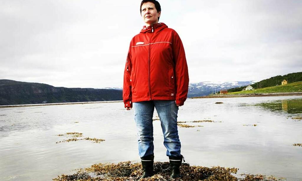 MINISTEREN: Fiskeriminister Helga Pedersen i fjæra i Vestertana. I dag gifter hun seg. Foto: GRETE BRO