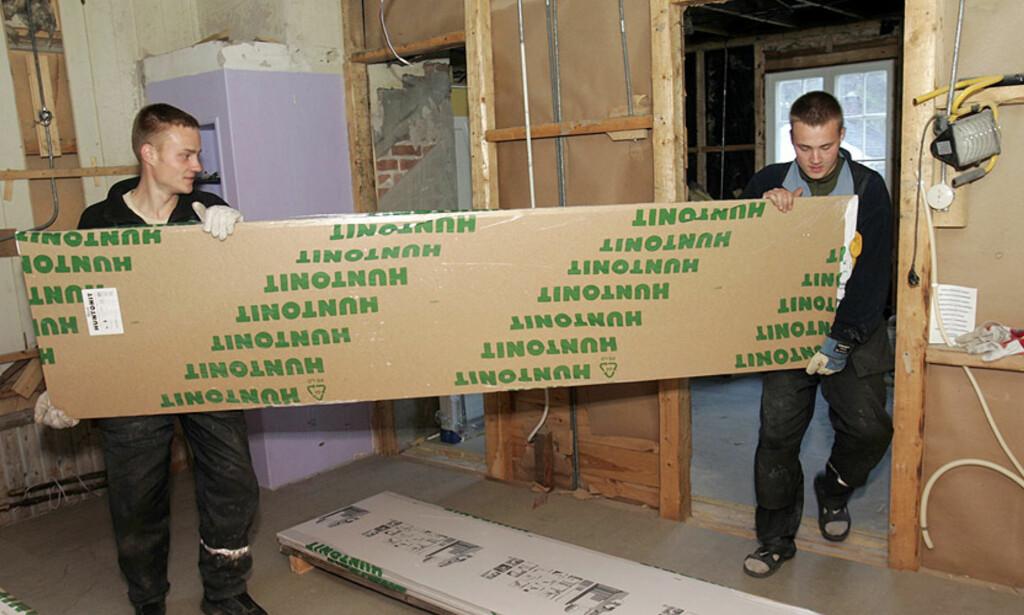 HOLDER BYGGE-NORGE I GANG:  Utenlandske byggearbeidere bidrar sterkt til bygg- og anleggsbransjens virksomhet - her på en byggeplass i Vestfossen i Buskerud. Illustrasjonsfoto: TERJE BENDIKSBY, SCANPIX.