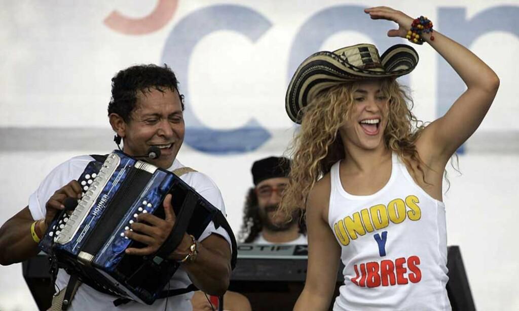 UNDERHOLDT: Popstjernen Shakira deltok i demonstrasjonene mot FARC-geriljaen. Hundretusener marsjerte i byer over hele Colombia i dag. Foto: SCANPIX
