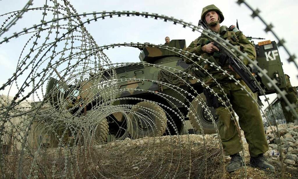 SYNLIGE UTE I VERDEN: Norge har i en årrekke markert seg som pålitelig leverandør av soldater til FNs fredsbevarende styrker. Her fra Mitrovica i Kosovo. Foto: HEIKO JUNGE/SCANPIX