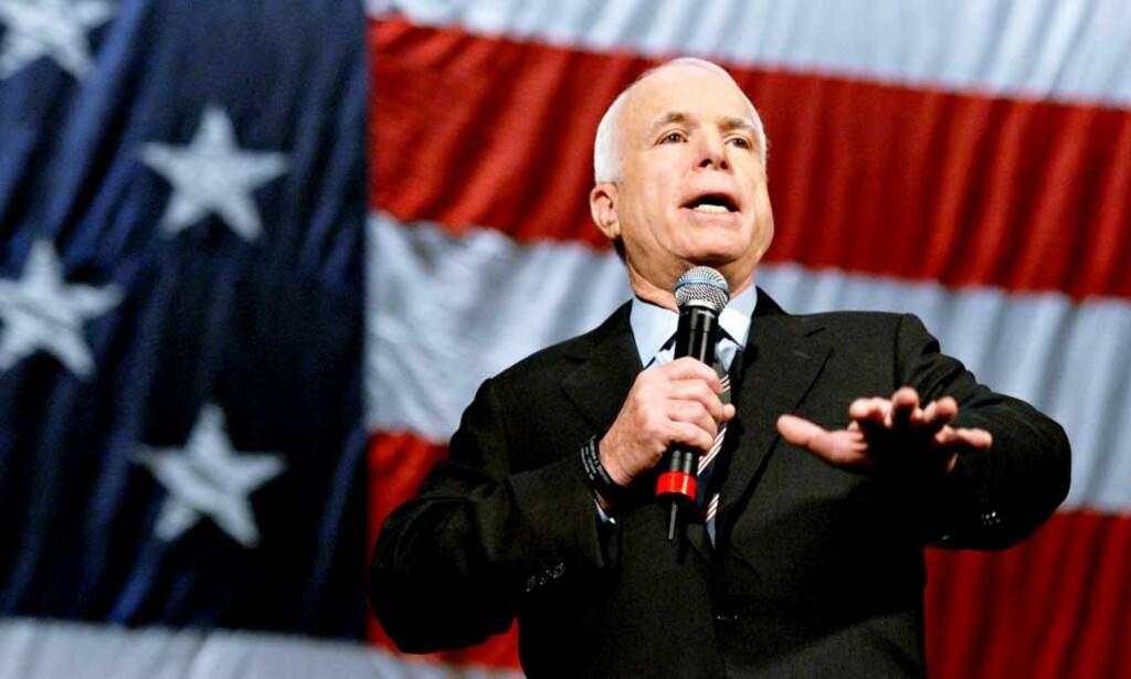 KJEMPER OM RAMPLEYSET: John McCains utspill har de siste dagene i stor grad druknet i den massive mediedekningen av rivalens utenlandsbesøk.
