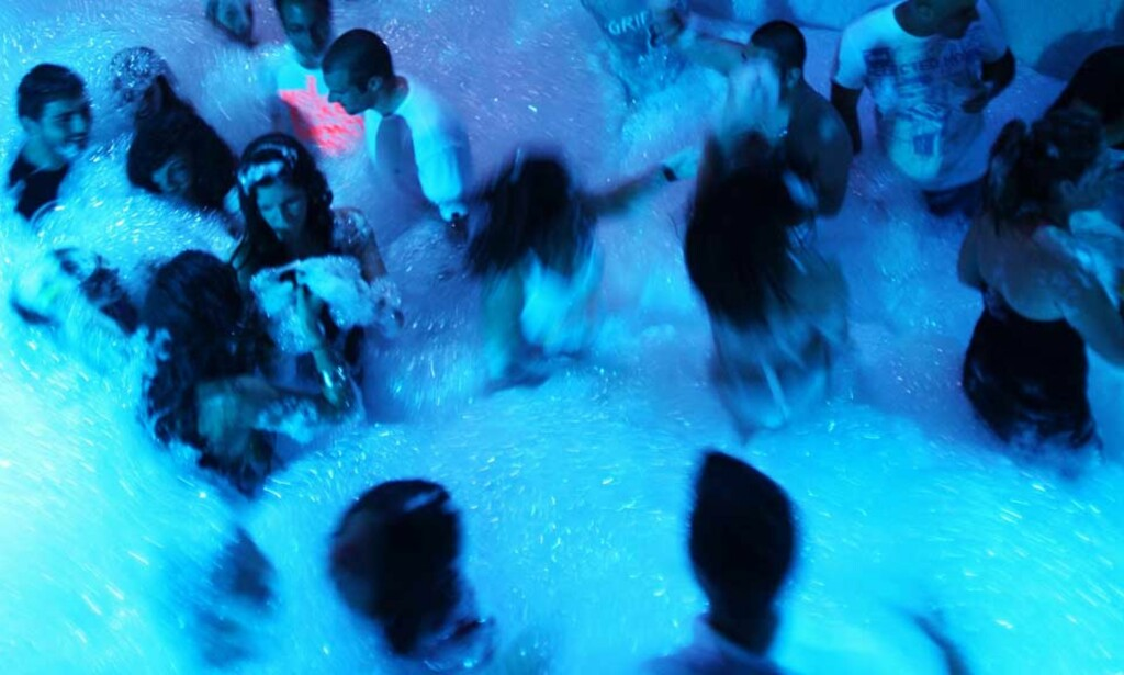 POPULÆRT: Skumparties er et populært innslag på mange reisemål i Syden. Foto: PATRICK BAZ/AFP/SCANPIX