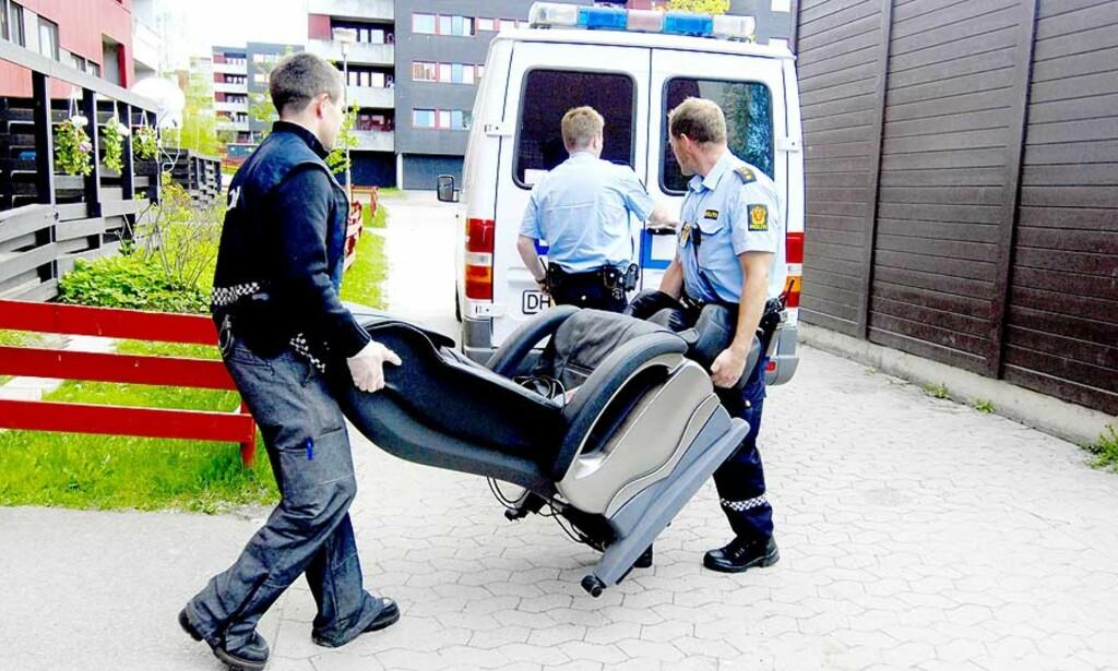 OPERASJON NEMESIS: Her bæres en massasjestol ut fra leiligheten på Furuset. Foto: John Terje Pedersen/Dagbladet