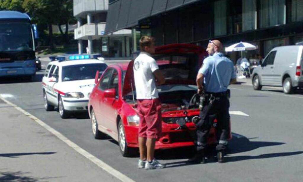 SLURVET MED PAPIRENE: Oslopolitiet tok seg god tid til å ta Mikkelsens gjennomkjøringsbil, en  Mitsubishi Lancer Evo6, nærmere i øyensyn. MMS-foto: HARALD S. KLUNGTVEIT