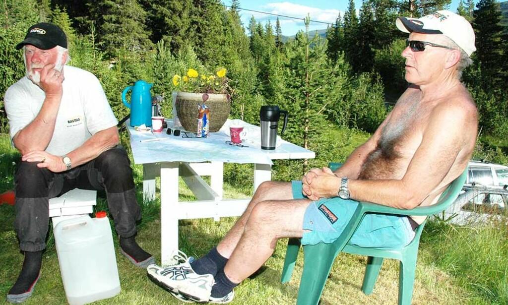 REDDET: Kjell Elstad (64, til venstre) skulle bare ut på fisketur sammen med kameraten Kjell Sørli (60). I går kunne de begge to puste lettet ut. Foto. Kari Utgaard/Gudbrandsdølen Dagningen