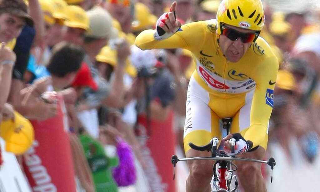 ENDELIG EN VINNER: Carlos Sastre fra Spania og CSC leverte sin livs tempoetappe og er årets vinner av Tour de France. Foto: Ian Langsdon/EPA