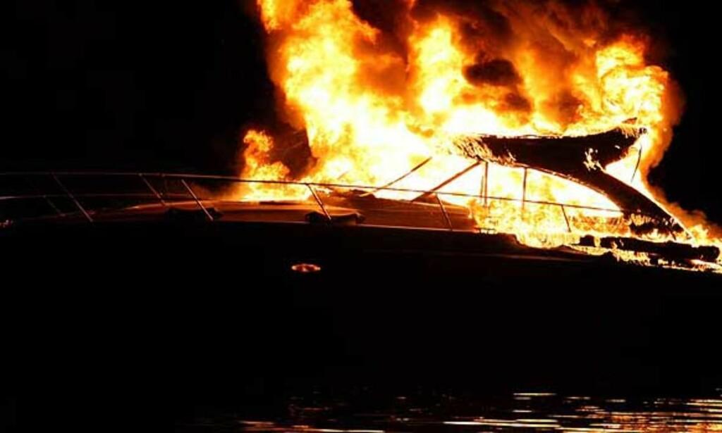 image: Båt brant opp i Drammensfjorden