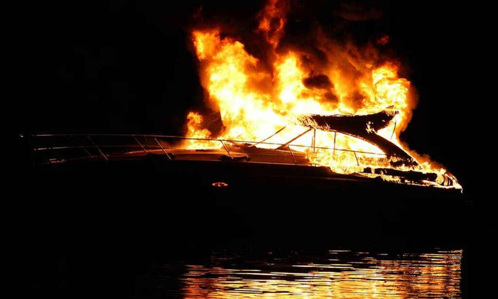 OVERTENT: Fritidsbåten ble sto i full fyr på svært kort tid og kunne ikke reddes. Foto: ANDERS HOVEN/DIGITALSPORT