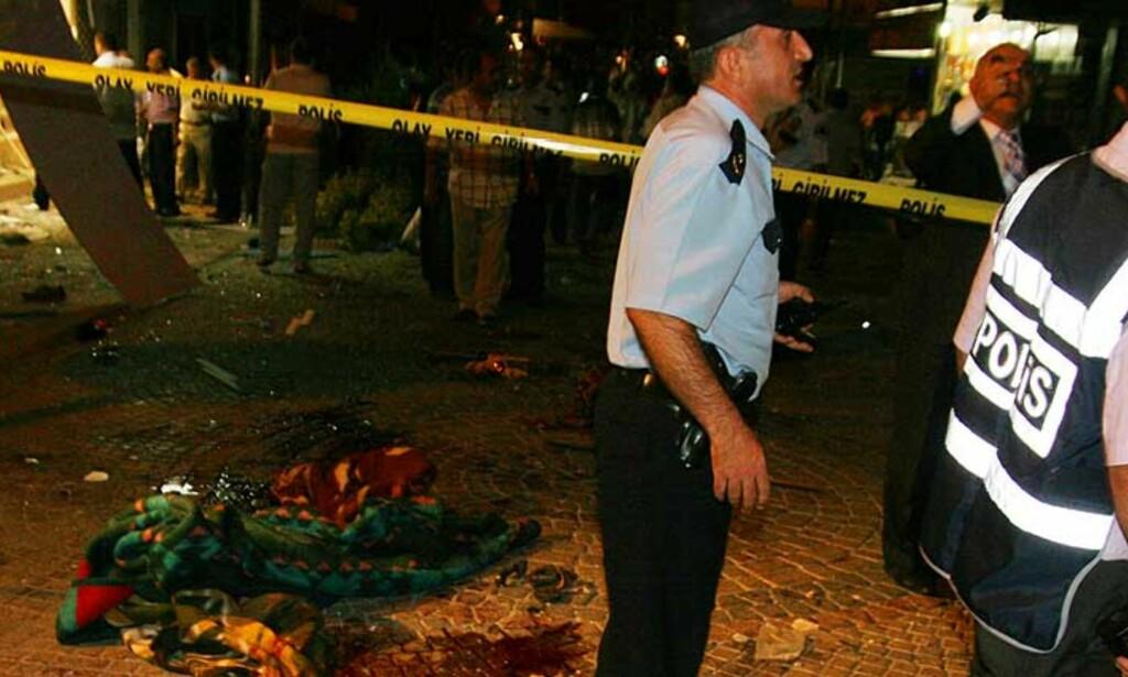 MINST 13 DREPT: To bomber eksploderte i et boligområde i Istanbul i kveld. Foto: AFP/SCANPIX