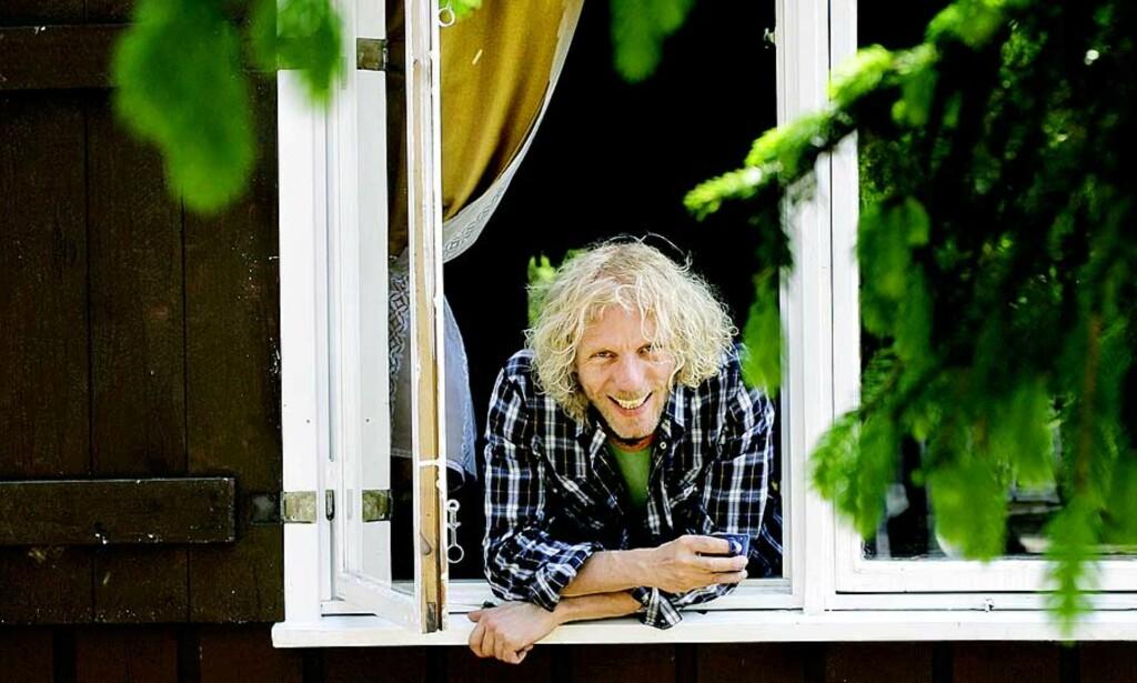 SKOGENS KONGE: Forfatter og journalist i Dagens Næringsliv Bjørn Gabrielsen (40) bor alene i ei hytte i marka. Langt unna flatskjerm, vaskemaskin og kvinnehender. Alle foto: METTE MØLLER