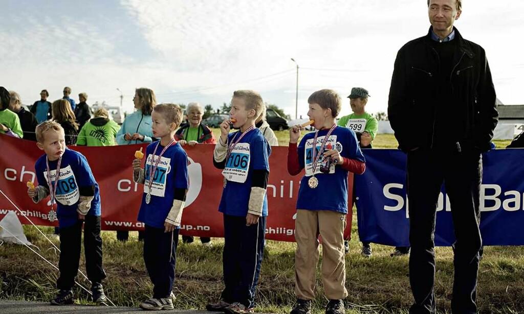 Poppis: Gutta er fornøyde med innsatsen i «Tour de Andørja», og feirer medaljene med hver sin is. Kulturminister Trond Giske var flink til å holde tale, klappe og heie. Men is fikk han ikke.