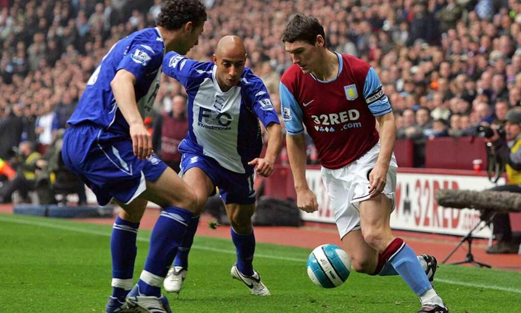 MÅ VINNE TILBAKE FANSEN: Gareth Barry gikk fra elsket kaptein til Judas-figur blant Aston Villa-fansen. Kanskje tyder den varme velkomsten han fikk på Villa Park mot Odense lørdag på at sårene er i ferd med å leges. Foto: AFP/SCANPIX