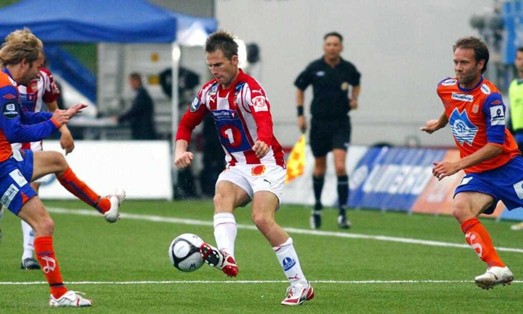 Teknisk Morten Moldskred i aksjon mot de tidligere lagkameratene Trond Fredriksen (t.v) og Karl-Oskar Fjørtoft (t.h) Foto: SCANPIX