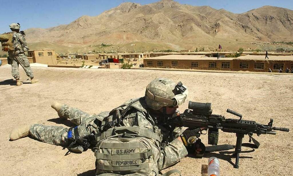 VAKT:  En amerikansk soldat kontrollerer området fra taket på en videregående skole for jenter i Ghazni-provinsen sørvest for Kabul. USAs dødstall i Irak er nå på sitt laveste siden invasjonen i 2003. Foto: AP Photo/Rahmatullah Naikzad