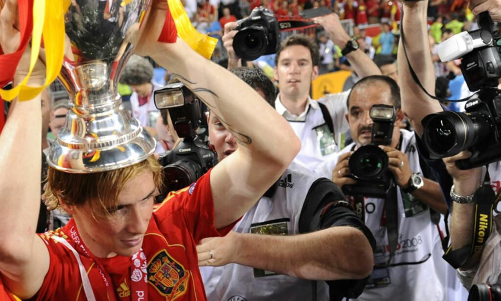 TROFEER: Dette vil Liverpool-supporterne se mer av: en Fernando Torres som løfter trofeer. Foto: SCANPIX