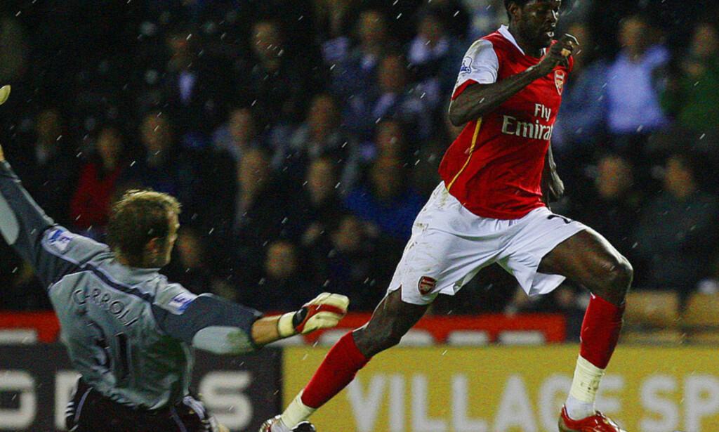 BLIR I ARSENAL: Emmanuel Adebayor runder Roy Carrol i West Ham-målet og scorer. Togoleseren scoret 30 mål for Arsenal i fjor. Foto: SCANPIX