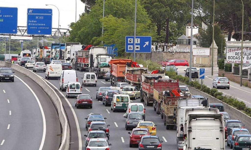 MÅ HALVERE FARTA: Får regjeringen det som den vil må spanjolene senke farta fra 160 km/t til 80 km/t på motorveien. Foto: REUTERS/SCANPIX
