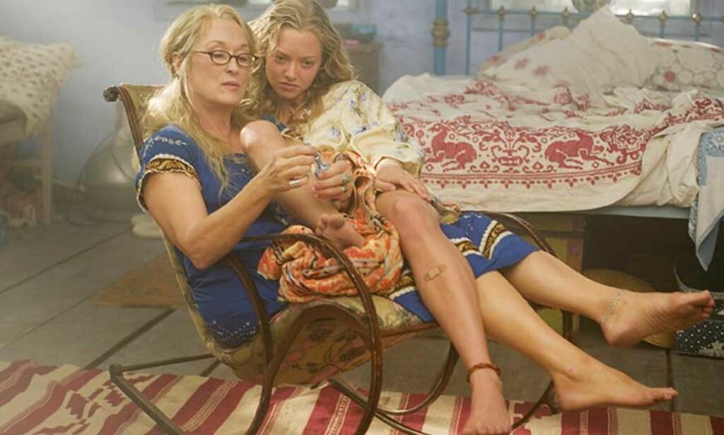 POPULÆRT KULTURTILBUD: Filmen Mamma Mia er til nå sett av snaue 380 000 på norske kinoer ifølge Filmwebs Filmtoppen. Her er Meryl Streep (til venstre) og Amanda Seyfried i en scene i filmen. Foto: FILMWEB/United International Pictures