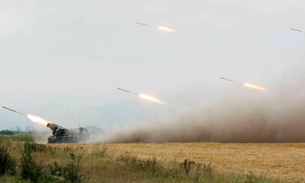 TUNGT ARTILLERI: Georgiske styrker angriper hovedstaden i Sør-Ossetia med tungt artilleri. Presidenten sier de har igangsatt full militær mobilisering mot utrbryterrepublikken. Foto: AFP/VANO SHLAMOV/Scanpix