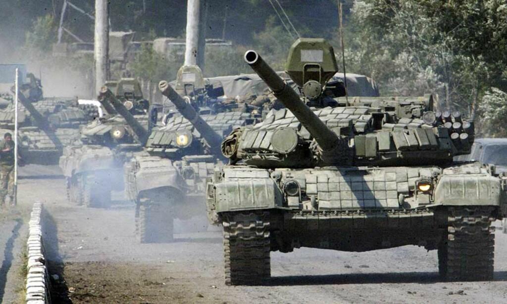 ANKLAGER RUSSLAND FOR BRUDD PÅ VÅPENHVILEN: dette bildet fra 10. august viser russiske tanks i nærheten av Dzhava i Sør-Ossetia. Nå hevder Georgia at det er russiske tanks i Gori. Foto: Musa Sadulayev/AP/Scanpix