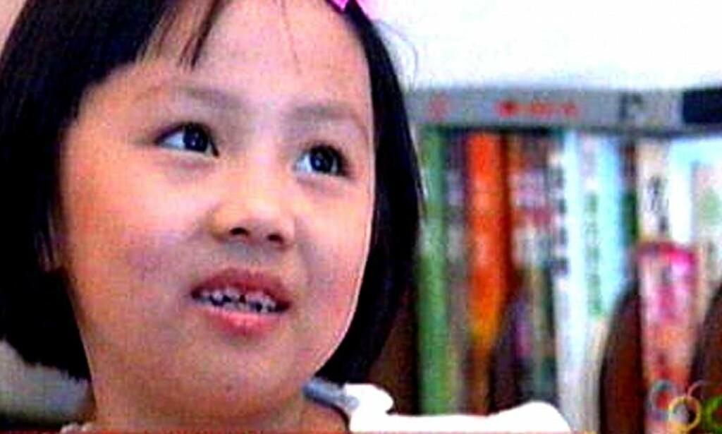 FOR STYGG: OL-arrangørene mente at Yang Peiyi (7) var for stygg for åpningsseremonien. Her blir hun intervjuet på kinesisk fjernsyn. Foto: AFP/SCANPIX