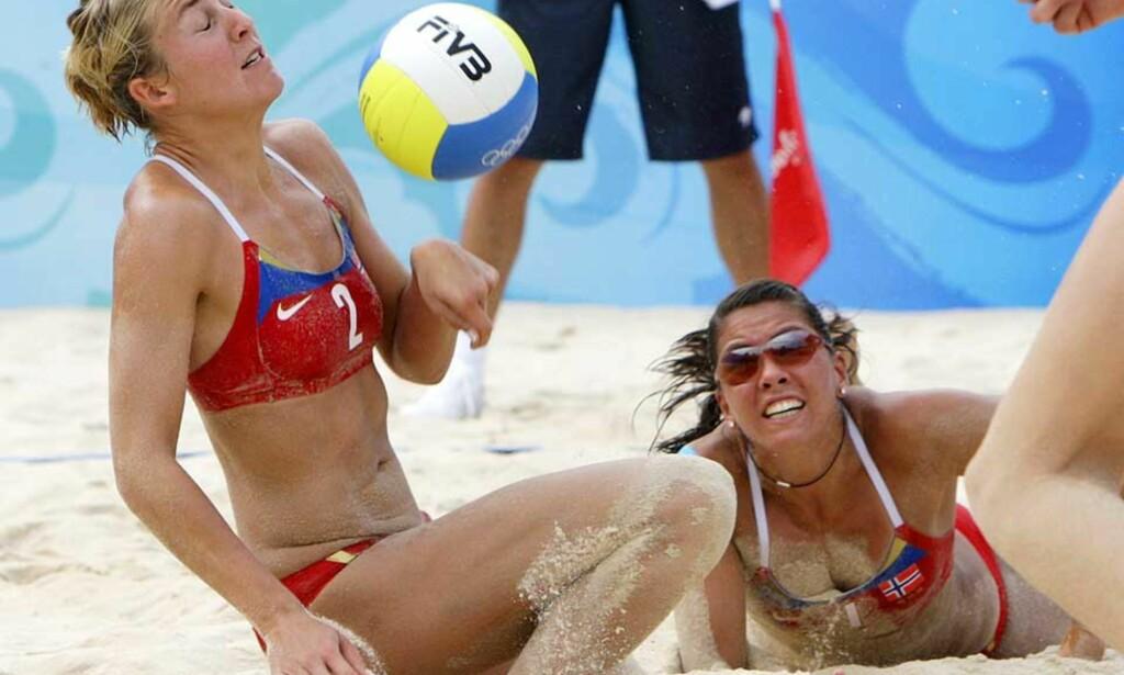 SANDKRABBER: Nila og Ingrid lot de amerikanske jentene få slite, men det holdt ikke, og nå blir det Mexico i omspill om åttendelsfinalen. Foto: ERIK JOHANSEN/SCANPIX