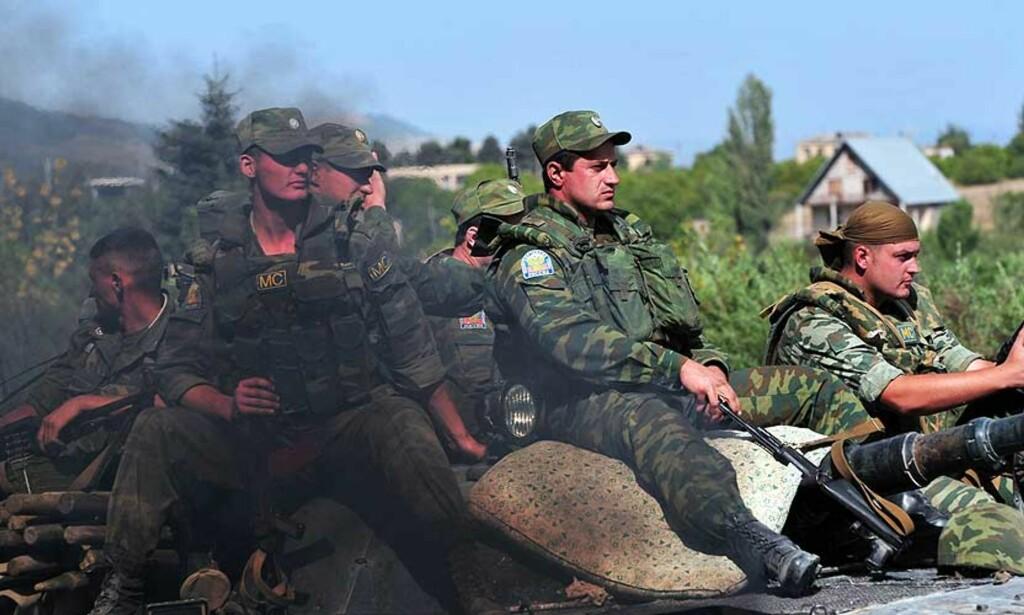 TREKKER SEG UT: Russiske styrker skal være i ferd med å trekke seg ut av Georgia, etter at Russland i går underskrev våpenhvileavtalen. Foto: AFP PHOTO / DIMITAR DILKOFF/SCANPIX