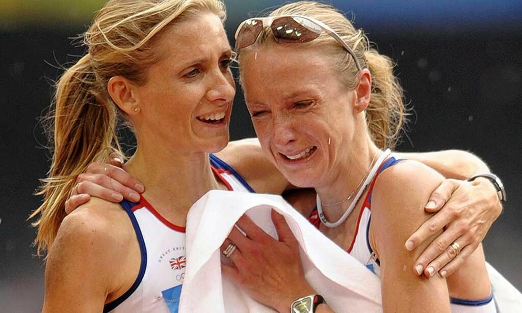 MÅTTE TRØSTES: Paula Radcliffe har møtt mye motgang i oppkjøringen til OL, med skader og giftig edderkoppbitt. Dagens maratonkonkurranse ble en kraftig nedtur for verdensrekordholderen. Foto: AFP